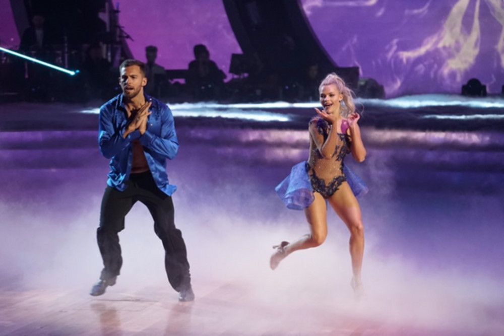 Chris Mazdzer and Witney Carson dance a salsa on Episode 1 of Season 26 of '